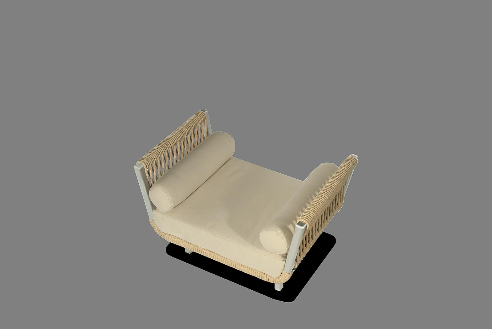 Altesano Benchy fotelja od konopa za hotele, od aluminijske konstrukcije sive boje, jastuka krojenih po mjeri , te jastuka u obliku tuba beige boje, sa tkaninama za vanjsku upotrebu.